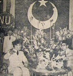 Sukarno_at_Masyumi_Convention_Suara_Merdeka_30_December_1954