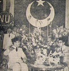 Sukarno_at_Masyumi_Convention_Suara_Merdeka_30_December_1954